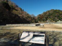 瑞泉寺を後にして、途中の永福寺跡に立ち寄り。源頼朝が建立したお寺で、発掘調査で中心部のお堂と大きな池を配した庭園の跡が確認されています。