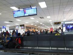 ★★★★ 12/13 ★★★★ ペルー>クスコ>アレハンドロ ベラスコ アステテ国際空港 空港の標高3,397m 早朝(7:12発)の国内線でリマに向かいます。ホテル内のレストランで朝食(パンとコーヒー)を頂きました。5時にホテルを出発し、空港には5時30分ごろ到着です。搭乗手続き後、出発ロビーで休憩です。朝から多くの搭乗客です!!ペットボトルの液体を機内に持ち込むことができました。この日は移動日です。観光はありませんね。