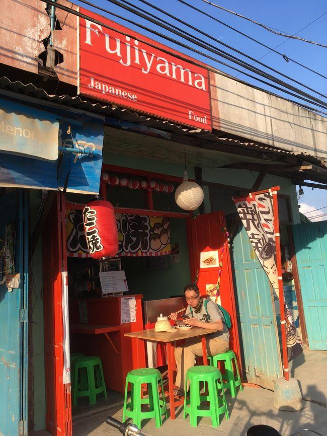 ふと、日本語が。<br />もちろんニャウンシュエの街でも良く日本人とすれ違ったが、日本の店もあった。<br />たこ焼き屋。<br />昼飯もまだ腹に残っている。夕飯はたこ焼きでいいや。