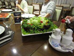 ブラジル>パラナ>フォス ド イグアス>Viale Tower Hotel 宿泊先のホテル内レストランで夕食です。ボリュームのあるサラダです。(4人分)