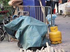 油麻地に戻って朝食を食べてから、MTRで深水ポー站へ。すでに時刻は10時30分。TV番組で紹介されていた場所は見つかりましたが「市場の果物屋で陳列棚で眠るネコ」「プロパンガス店の前でのんびりするネコ」は時間が遅かったようでネコ見当たらず。