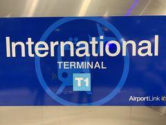 手に入れたオパールカードで改札の読み取り機に初タッチ!(ちなみに乗るときのタッチは「TAP ON」、降りるときは「TAP OFF」というので、覚えておくと良いかもしれません) ゲートが開いて、ホームに向かいます。写真はホームにあった駅名表示ですー。('ヮ' ) 隣の駅は「Domestic Terminal」なので国内線のターミナル駅なんでしょうねー。 当初の予定では、シドニーではなく、BMOと一緒にパースに行くつもりだったので、もしかしたらここで乗り継ぎしてたのかもしれませんね。