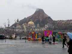 東京ディズニーランドから東京ディズニーシーへ移動します。 同じく雪が舞うプロメテウス火山!?