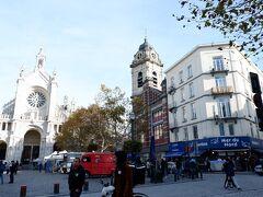 ホテルに荷物置いて先ずはぶらり街中探索を。 ランチ時。ホテルから歩2分口コミ高評価シーフード店De Noordzee La Mer du Nordへ。(画像右の青い日除けオーニング) カフェ等取り囲む小さな教会前広場に面しこじんまりいい感じの場所です。