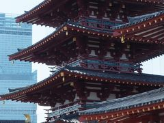 屋根の重なりが美しい五重塔。  中門の南にはあべのハルカスが見えています。