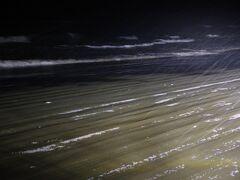 さて、夜の海です。雪が降りしきる中、車で波打ち際をドライブです。 ここは、日本で唯一車で走行できる砂浜「千里浜(ちりはま)なぎさ ドライブウェイ」です。