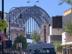 George st.をさらに北上していくとサーキュラーキーにでます。 青空にハーバーブリッジが映えますね。 なんだかNYのブルックリン・ブリッジのあたりを思い出しちゃいましたー('ヮ' )  行ッタコトハナイケドネー( ´θ`)