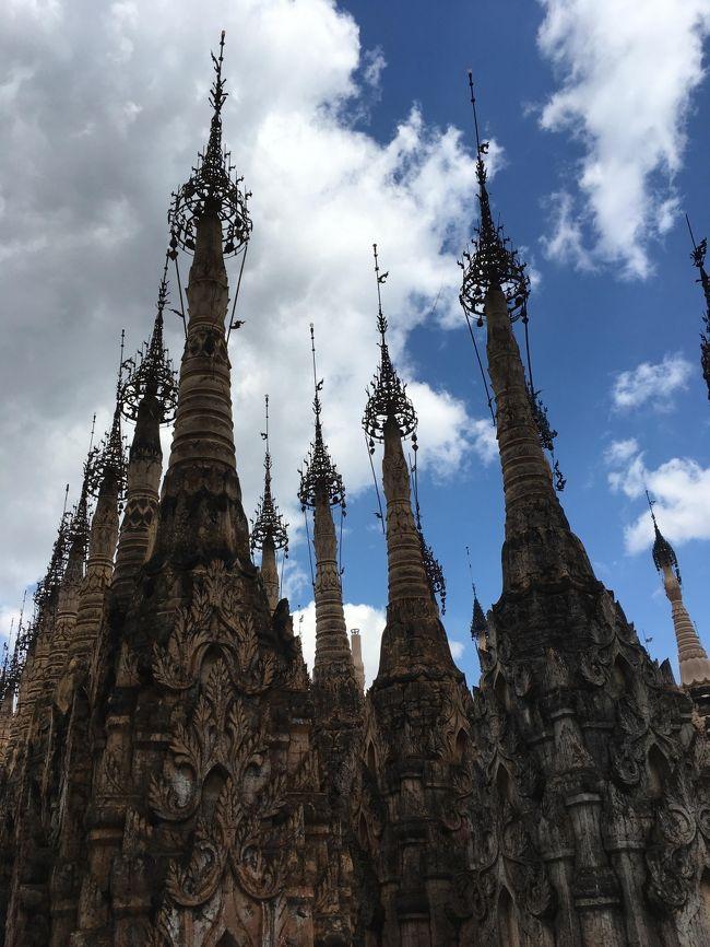 多くが細長い釣鐘状の仏塔。<br />これにも2種類あって、仏塔頭頂部の飾りが、釣鐘状に丸くなっているものと、細くなっているものがある。<br />飾りが丸く釣鐘状なのがビルマ人が寄進したもので、細くなっているのが少数民族が寄進したものだという。<br />