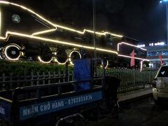 ニャチャン駅から乗った夜行列車SQN1は、1月22日(火)午前4時5分にホーチミンのサイゴン駅に到着。ベトナム鉄道、相変わらず上下左右に激しく揺れる列車だった。よく脱線しないもんだな。  駅前広場には、イルミネーションに縁どられた昔の蒸気機関車141-158号が展示されていました。