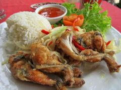 観光客向けのカントー市場内にあるレストラン「Sao Hom」で昼食。  口コミで知った「カエルのフリッター」(155,000ドン:775円)を注文。 333の缶ビール(35,000ドン)を飲みながら、鶏肉のようなカエルを美味しくいただきました。 昨日見たカエルが思い出されたけど。