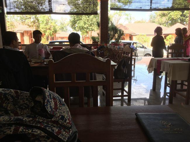 多くのお客さん。<br />やはり年末年始は、外国人観光客が多いんだな、どこもかしこも。<br /><br />お昼はこの遺跡を見ながらランチ。魚カレーを頼んだけどなかなかこない。<br />30分待って急かしたら、魚カレーはない、チキンカレーならあると言う。<br />