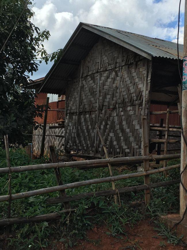 薄い木を編んで作られた家に住むタオ族の人々。