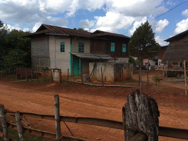 村の中にはコンクリートで建て替えられた家も見受けられる。<br />小さな村の中にも貧富の差があるんだな。<br />