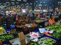 トンブリー駅前の市場は朝がかき入れ時。