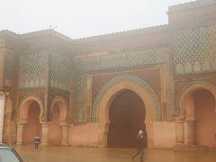 メクネスに移動。ここはマンスール門のフォトストップだけ。 写真を間近に撮りに行くのもはばかれるほどの大雨。傘が風で裏返る(笑) この門はあまりの美しさに作った人が王様に殺されたらしい。 後から考えてもこの門、本当にモロッコ一美しい門だよ・・・ でも雨・・・