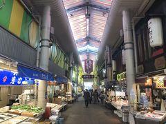 2日目です。コインパーキングが9時を過ぎると料金体系が変わってしまうので、9時ギリギリに出庫して、近江町市場へ。
