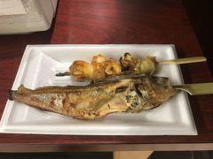 朝飯は手ごろに食べられるものがいいと思い、大口水産の焼き焼きコーナーへ。串焼きをその場で焼いて食べることが出来ます。とりあえずつぶ貝とハタハタを。