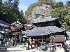 宝山寺本堂と、奥に大聖歓喜天を祀った聖天堂、後ろの崖は「般若窟」と呼ばれています。 宝山寺は、金運アップや良縁、縁結び、夫婦和合のご利益があると言われています。