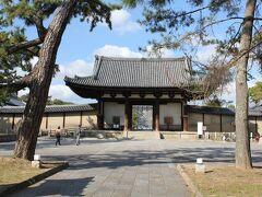 法隆寺南大門。 1438年に再建された法隆寺の玄関にあたる総門で、国宝に指定されています。