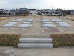 法輪寺へ向う道沿いにある「中宮寺跡」は史跡として整備されていました。 写真は、金堂の礎石。