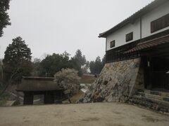 それから少し離れた山の中にあった本山寺 お城の城壁のような石垣