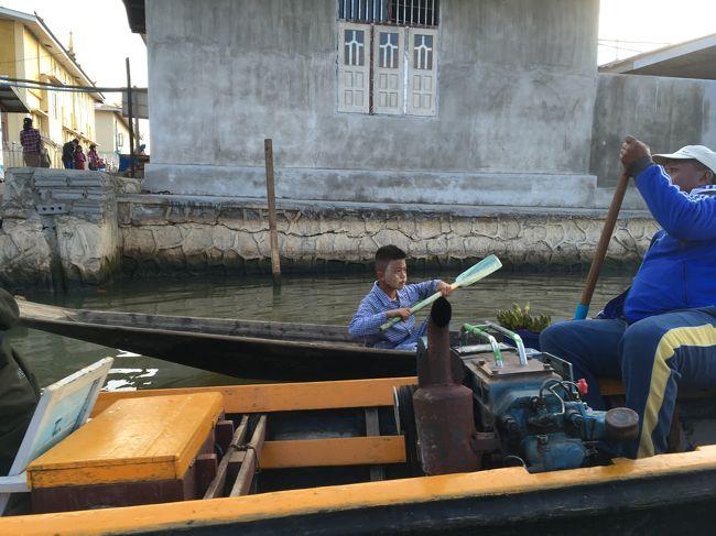 湖上に住んでいる人も、こうやってボートで乗り付けてお参りに来る。