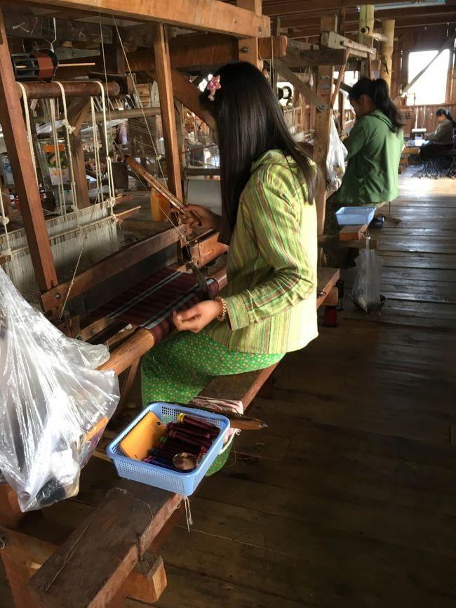 たくさんの女性が働いていたが、やはりベテランさん(年増の方)の方が、難しい柄を織っていた。<br />やはりこういうのも熟練の技術が必要なんだね。