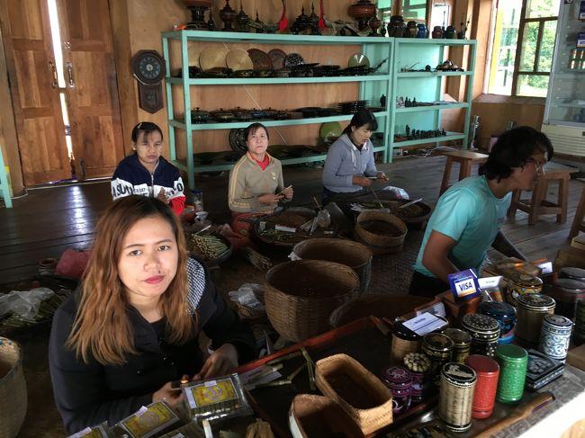 次に案内されたのは、Ko Shwe Ohe & Ma Mee Nge<br /><br />タマリンドの葉、バナナ、ライスウイスキー、さとう、はちみつなどを混ぜて作る葉巻の工房。