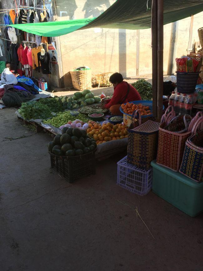 食後は、ニャウンシュエ文化博物館周辺をぶらつきながら、中心部にあるミンガラ―マーケットを散策した。<br /><br />食料品中心のマーケットである。