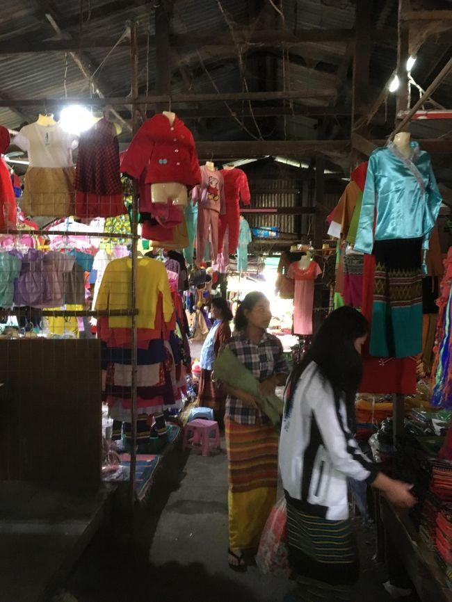 この町にはコンビニが1軒あるくらいで、スーパーマーケットはなかった。<br />この町に住んでいる鈴木さんは、こういうマーケットで日用品を購入しているのかな。