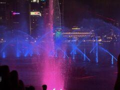 そしてショーの始まり! 盛大な噴水!そして映像も使っていてこれが無料のショーだなんて! シンガポールすごい。。。