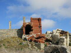 真っ先に向かったのは、島内随一の観光スポット 燐鉱石貯蔵庫跡  西港の際に、崩落したままの姿を晒す