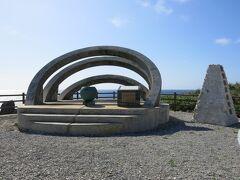 そのどん突きには「沖縄最東端の碑」  ちなみに最南端は波照間、最西端は与那国、最北端は沖縄本島辺戸岬。 これで全て踏破したことになる。 (厳密な最北端は硫黄鳥島だが、無人島なので除外)