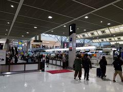 おはようございます!成田空港からスタートです。 前回国際線に乗ったときはクリスタルだったのでビジネスクラスカウンターでしたが今回はJGCをスルーしてはじめてのファーストクラスチェックインカウンターにやってまいりました。入るのに緊張。。。 待ち時間ゼロで発券できました。意外と普通です。 その後はこちらもお初となる専用セキュリティレーンで出国。 到着から5分ぐらいで制限区域に入れました。