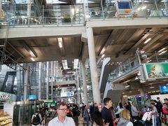 スワンナプーム空港に到着!入国審査に30分ぐらいかかりました。 その後は両替してエアポートレイルリンクでパヤタイ駅へ。 そこからBTSに乗り換えました。