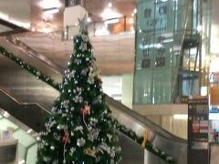 松山空港 ホテルからタクシーで5分(もっと早かったかも) 本当に近い!!  1月2日だけどまだクリスマスツリーが飾ってありました。