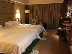 シャングリラホテルの室内。一番安かったデラックスルーム(ガーデンビュー)です。移動で疲れたので、今日はこのまま就寝です。明日は、ビーチで遊ぶぞう!   2日目