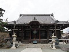 本覚寺  鎌倉に到着したときは曇り空でした。 鎌倉駅に近い本覚寺からスタートです。 本堂脇にある梅の木は、まだほとんど咲いていませんでした。