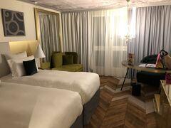 モンサンミッシェ観光の次は、ベルサイユ宮殿観光です。 ホテル ル ルイ ベルサイユ シャトー(旧 ブルマン ベルサイユ シャトー) ホテル前の道からはベルサイユ宮殿が見え、立地は抜群。外観、ロビーも美しい。部屋はそんなに広くはないけど、ベッドもふかふかだし色使いもおしゃれでした。