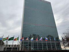 ホテルをチェックアウトして、ブルックリン側に向かって歩くこと約10分。 国連本部が見えてきました!