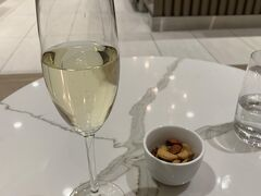 ANAカウンターでチェックインを済ませ、ラウンジで一服。 シャンパンを飲みながら旅を思い返します。  またニューヨーク遊びに来よう!