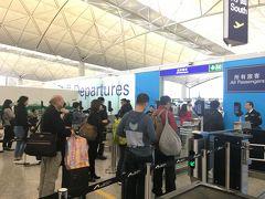 香港空港に戻ってきました。 パスポート搭乗券チェックが、係員対応から自分で読取機で行う方法に変わりました。 そのためか、かなり混雑が緩和されたように思います。