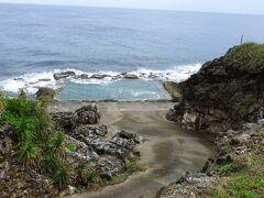 さらにクルマを走らせて向かったのは 島の東側にある岩盤をくりぬいたプール
