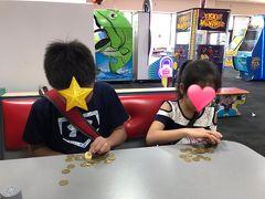 からの、こちらも子供たちが楽しみにしていた場所「チャッキチーズ」  $20ドル分のコインを二人で分けて