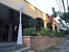 ホテルを出て、道路を挟んだ向かいにあるスペイン料理店。 ガイドブックにも乗っているので、見える範囲にいたのははすべて日本人でした。