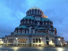 バスを降り徒歩でアレクサンダルネフスキー寺院へ。 日も暮れて、外壁がライトに照らされていて何だか神秘的。