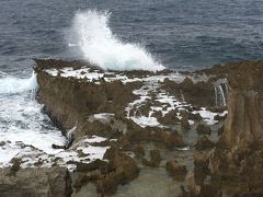 尖った岩に打ち付ける激しい波も迫力ありました さて、ここからは時計周りに島を巡ります