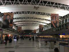 21:10 エライサ国際空港に到着。 45分遅れの到着でしたが、0:55発の便に乗るのでまだ余裕あり。 国内線ターミナルから歩いて国際線ターミナルに移動。