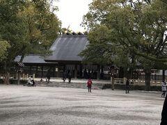 往路は 伊丹空港でしたが、直近予約で 復路のフライトが満席だったため、 帰路は 名古屋セントレアから搭乗することになりました。  フライトまで まだ時間があったので、 熱田神宮に参拝することにしました。