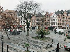 宿泊は中央駅の脇のNovotel Brussels off Grand Palace(前回気に入ったのでリピート)  今回は角部屋で入るとクローゼット部屋があり広かった。 ホテルの前の広場がよく見える。  金庫が開かない 流しが臭い フロントの対応は早かった。  シャワーして爆睡(バスタブ無い部屋)